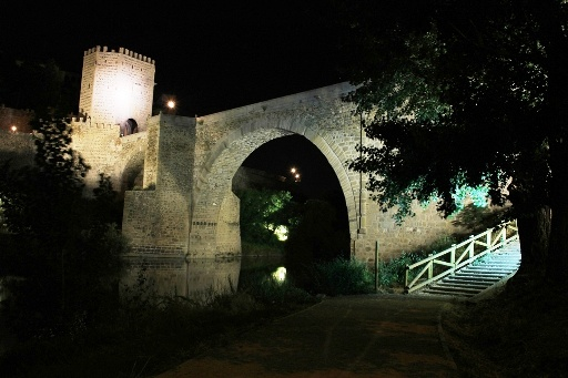 Photography Alcántara Bridge at night. This and other monuments are very close to this beautiful guesthouse in the historic center of Toledo, 150 meters from Plaza Zocodover and 2 minutes walk from the cathedral